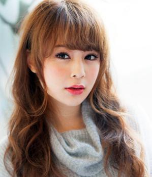 很有知性淑女气质的一款韩式斜刘海发型,也是非常适合修饰圆脸的一款图片