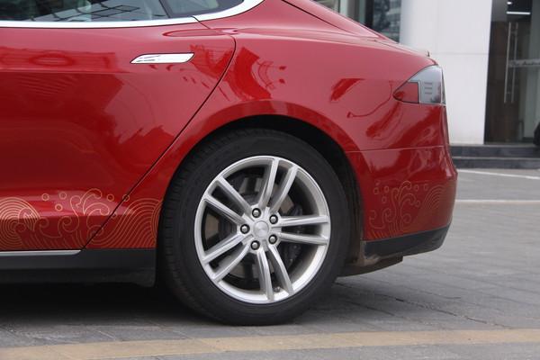 施工后】 细节方面,2014款特斯拉高级电动车采用坚固的车身结构,重量