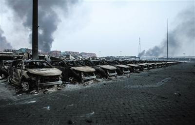 8月13日凌晨,天津滨海新区,爆炸起火点北面停车场的数千辆汽车被燃烧殆尽。新京报记者 彭子洋 摄