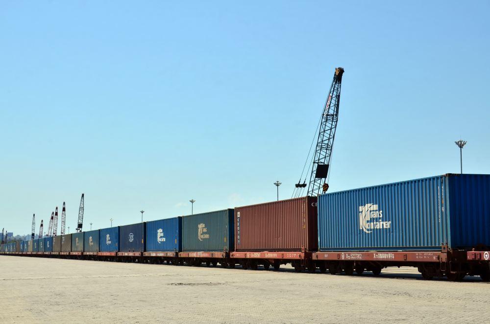 一列50节即将驶往欧洲的集装箱国际班列正停靠在专用线上。摄影/章轲