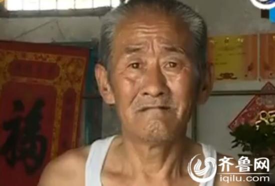 10来年深居简出的泰安吕大爷收到了四张罚单。(视频截图)