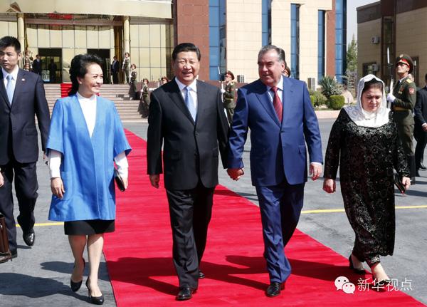 """两国元首""""手拉手、一起走""""的温馨画面,让很多人印象深刻。"""