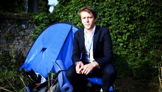 事件曝光后,海德收到了许多主动为其提供住宿的请求。但周三,海德穿着皱巴巴的衬衫、一脸胡茬地站在联合国欧洲总部的大门外表示,他决定辞职。