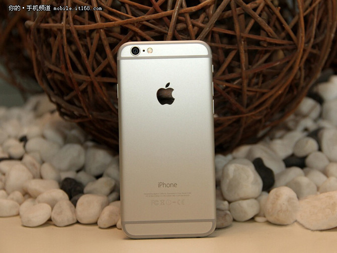 苹果iPhone的每一次升级都牵动着众果粉的心,此次iPhone破天荒的将屏幕尺寸提升到了4.7寸,看视频、玩游戏的体验较之以往更加畅快。但即便是屏幕变大了,凭借全金属机身、2.5D弧形屏幕以及圆润的边角设计,iPhone6依然拥有着极佳的质感和握持手感,拿在手上依然是熟悉的追求极致的iPhone。