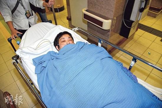 妇人手部及腹部严重烧伤,送医治疗后情况稳定。《明报》