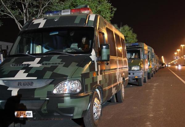 8月13日晚,北京卫戍区某防化团部分救援装备集结完毕,随时准备执行任务。