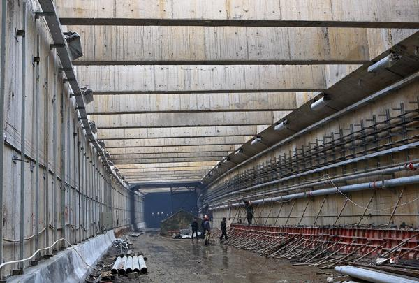 东湖隧道内施工现场。
