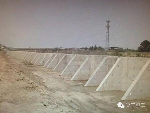 重力式挡土墙圬工量较大,但其形式简单,施工方便,可就地取材,适应性较图片
