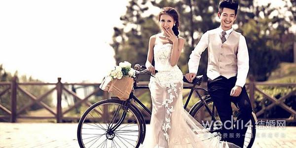 韩式婚纱照素材之:手绘墙 手绘墙是韩式婚纱照的一个显著特征,也是一