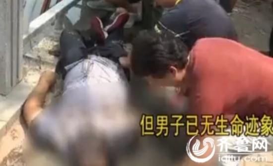几分钟后,溺水者被打捞下去,士兵用稳妥带栓在其腰间,在几名市民的帮忙下,将溺水者拉登陆,但溺水者曾经没有了性命体征。(视频截图)