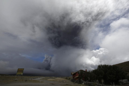科托帕希(Cotopaxi)火山的火山灰喷上5公里的高空。