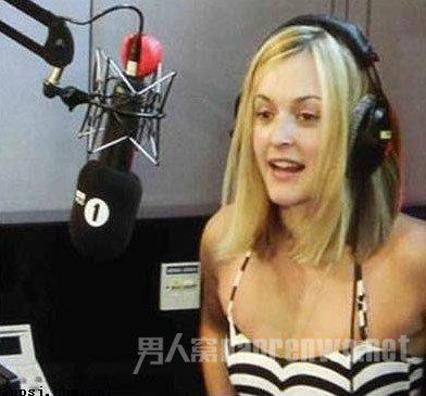 美女主播在拍泡温泉节目时