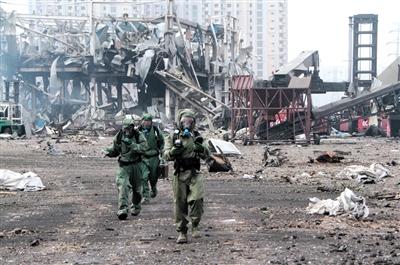 国家核生化应急救援队官兵进入爆炸核心区开展搜救。任强 摄