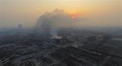 8月15日6时许,天津滨海新区瑞海公司危险品仓库爆炸事故现场,太阳在浓浓的烟霾中升起。新京报首席记者 陈杰 摄