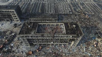 昨日7时,新京报记者操控无人机俯瞰爆炸点附近,天津港公安局跃进路派出所和天津港公安局交通警察支队只剩残骸。 新京报首席记者 陈杰 摄