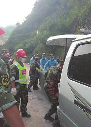 """通过间断5天的搜救,昨天在商洛山阳""""8・12""""滑坡灾祸现场,已找到9名失落者尸体。"""