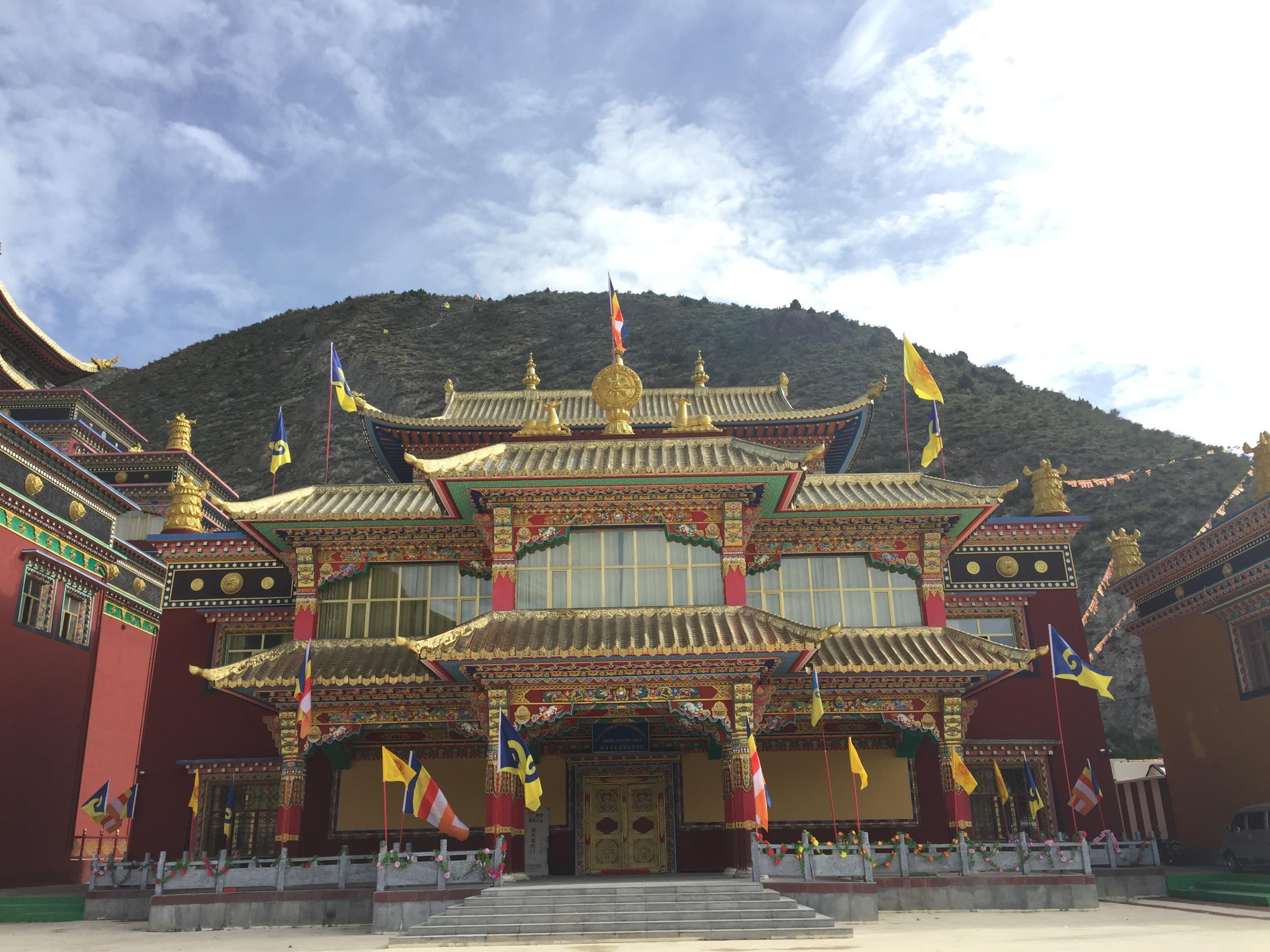 青海玉树文成公主庙_玉树采访活动的22家华文媒体,前往有着千年历史的禅古寺及文成公主庙