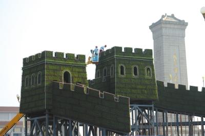 """8月12日起,天安门广场上开始搭建""""长城""""主题花坛。京华时报记者谭青摄"""