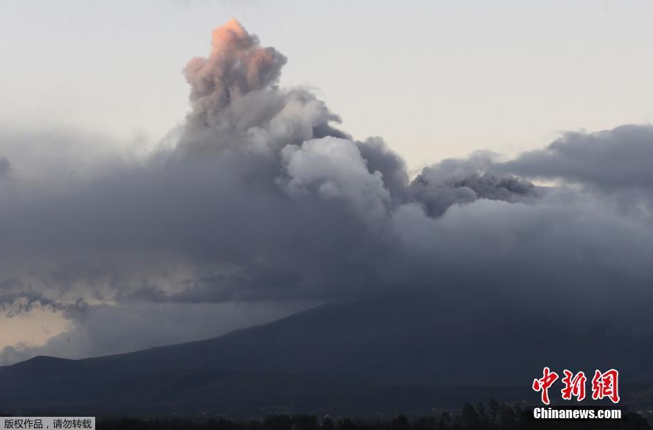 当地时间2015年8月15日,厄瓜多尔境内巨大的科托帕希火山近日活动加剧,报道称,位于首都基多南方约70公里的科托帕希火山15日小规模喷发,喷出的火山灰,冲上5公里高空,导致中部多个小城镇采取预防性疏散。