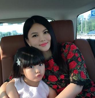 李湘晒_王诗龄17日开学 李湘晒母女二人温馨合照