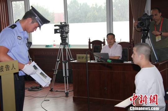 """8月17日,北京市第四中级人民法院审理 """"琐事发生口角 冲动致人死亡""""案。图为被告人在辨认证据。(中国法院网)"""