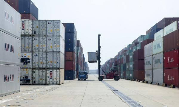 海关总署数据显示,今年7月份,中国的出口和进口的同比降幅高达8.9%和8.6%。许海峰 图