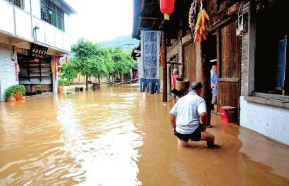 8月17日,泸州叙永县下马镇老街下水深已过膝。