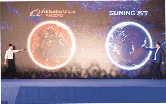 8月10日,阿里巴巴集团与苏宁云商集团宣布达成全面战略合作。马云与张近东在发布会现场笑着走向对方。