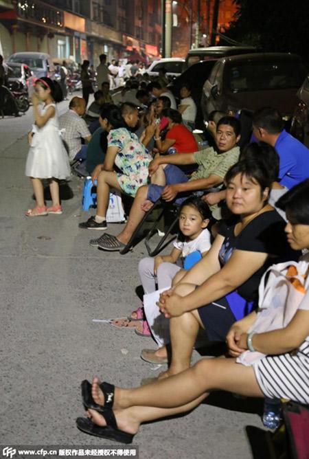 互助路小学锦艺城校区和秦岭路小学门前,许多家长连夜排队。
