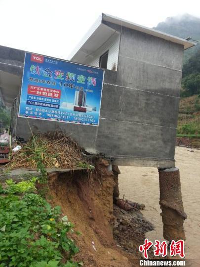 沿河而建的屋宇受损重大 刘林 摄