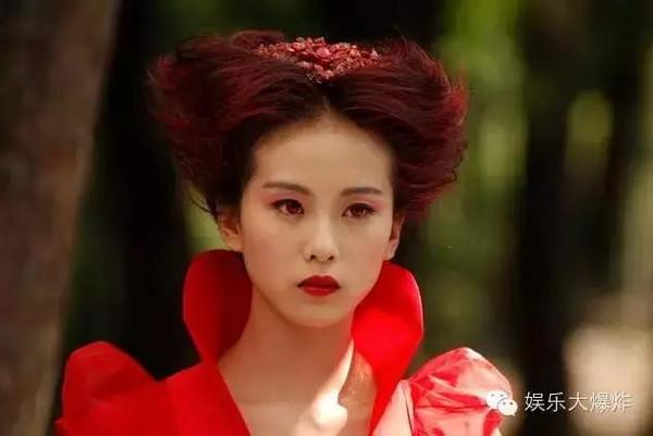 赵丽颖穿红衣冷艳逼人