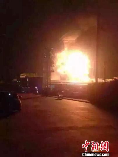 8月18日夜间,广西柳州市柳东新区雒容工业园一工突起大火。 钟欣 摄