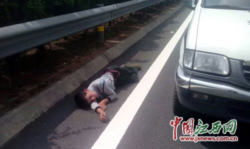 男子酒醉后躺高速公路上呼呼大睡(圖)