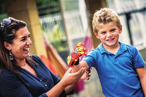 法国6岁男孩装3d打印假手图