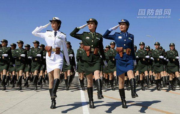 图为解放军三军女兵方阵。
