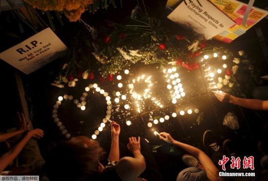 本地�r刻2015年8月18日,泰��曼谷,大�吊唁曼谷爆破罹�y者。停止今朝,爆破已致22人��命,123人受��。此中罹�y的��家旅客�_以��4人,2人�碜匝睾#�2�蟪晗愀圩∶瘛�