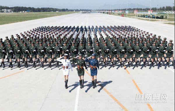 原文配图:阅兵场上最靓丽的风景线。