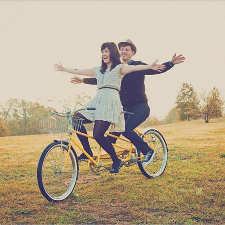 2.双人自行车路虎美女图片