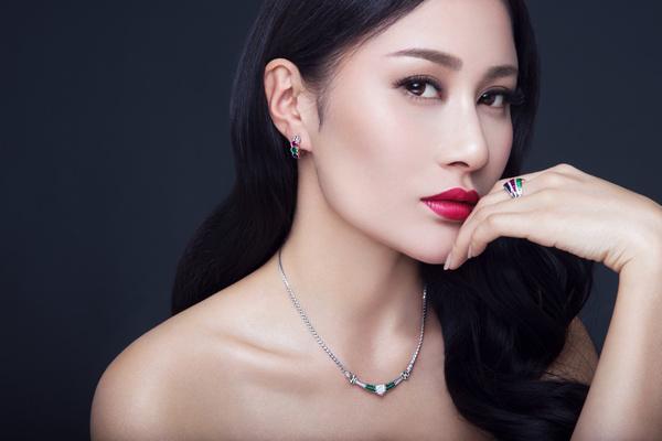 安金莉娅拍摄珠宝写真 尽显优雅女神范儿