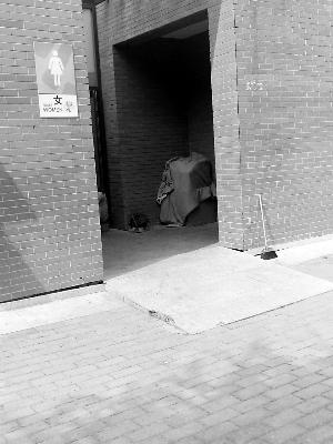 茅厕内的冰棍成箱靠墙摞起(图中圈内),下面盖着一层棉被。