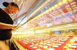 """8月18日,消费者在万荣县步行街金店挑选黄金饰品。随着""""七夕节""""的临近,不少市民选择黄金饰品送给心爱之人。"""