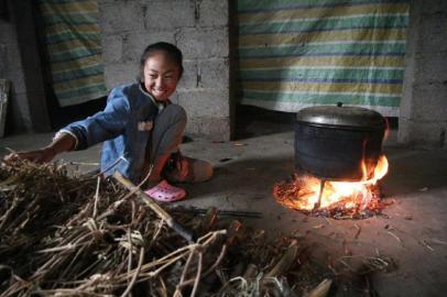 8月14日,家中,木苦衣五木在煮饭。