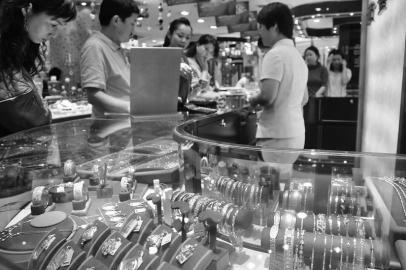 虽然黄金价格大幅下降,但七夕期间各大商场黄金专柜人气上涨,市民购金热情不减。 摄影 李里