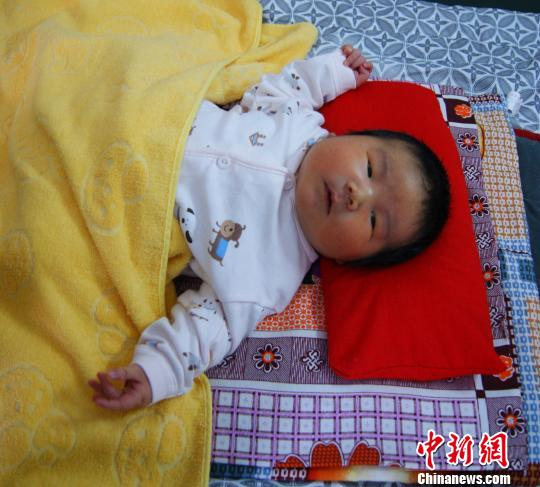 平泉县出身的12.4斤重巨婴 焦杨卓玛 摄