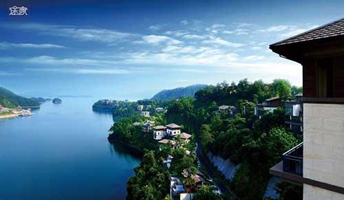 """地处千岛湖""""翡翠岛""""上,是一处私密,高尚的纯别墅园区."""