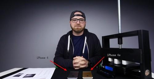 外媒找来了专业弯曲测试仪器(图片截取自Unbox