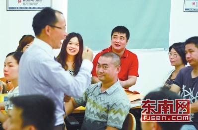 19日,陈清(红衣者)在福安市青年创业辅助中心主持创业培训活动。30多名来自闽东各地的返乡青年,正在接受创业导师培训。