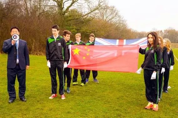 英国广播公司纪录片中,中国老师和英国学生在一起.