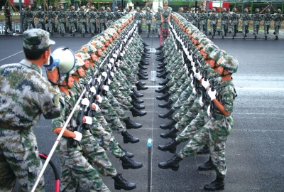 参训官兵在阅兵村进行训练。本版图片新华社发