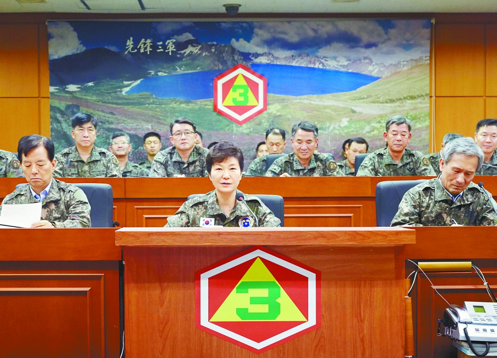 图为韩国总统朴槿惠21日观察第三野战军司令部。